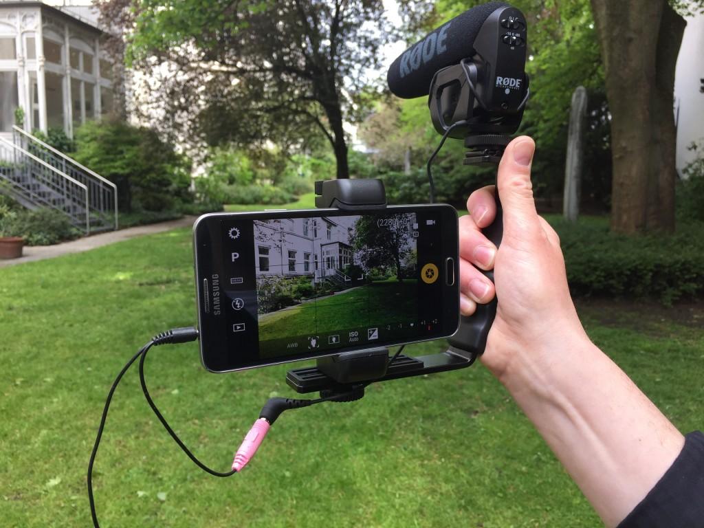 Der Journalist Bernhard Lill zeigt Ausrüstung für Mobile Journalism.