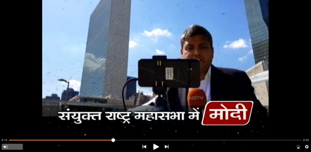 Der indische Journalist Umashankar Singh berichtet mit seinem Smartphone live von den UN in New York.